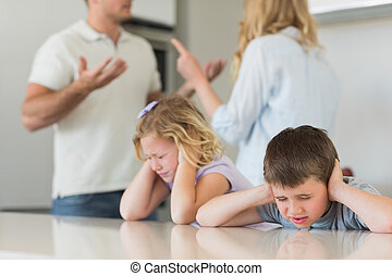 niños, cubrir orejas, mientras, padres, discusión