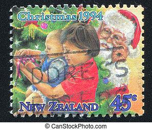 niños, desembalar, presentes, debajo, árbol de navidad