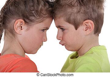 niños, diciendo haciendo pucheros, cara a cara