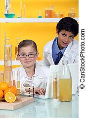 niños, dirigir, un, experimento, en, naranjas