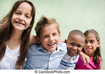 niños, diversión, sonreír feliz, teniendo, abrazar