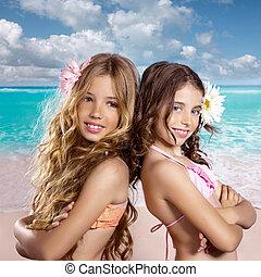 niños, dos amigos, niñas, feliz, en, playa tropical, vacaciones