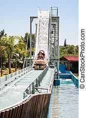 niños, en, barco agua, diapositiva, atracción