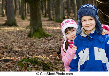 niños, en, bosque
