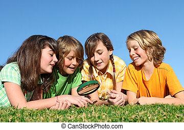 niños, en, campo verano, juego, con, lupa