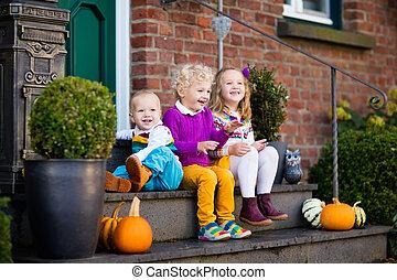 niños, en, casa, pórtico, en, día de otoño