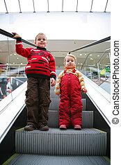 niños, en, el, escalera mecánica
