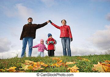 niños en familia, house., autumn.