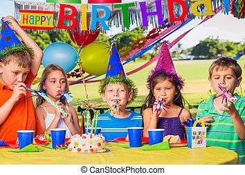 niños, en, fiesta de cumpleaños