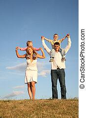 niños, en, hombros, 2
