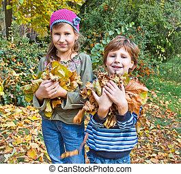 niños, en, otoño, forest., jugar con, caído, abajo, hoja