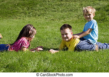 niños, en, pasto o césped