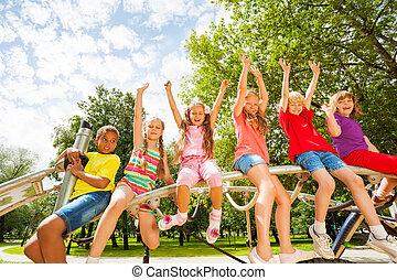 niños, en, redondo, barra, de, patio de recreo, construcción