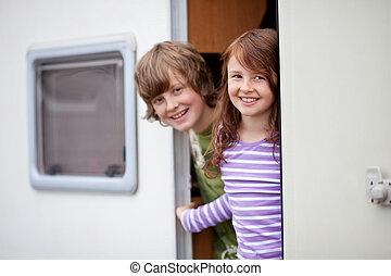 niños, en, un, caravana
