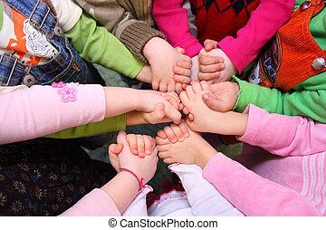 niños, estante, teniendo, manos unidas, punta la vista