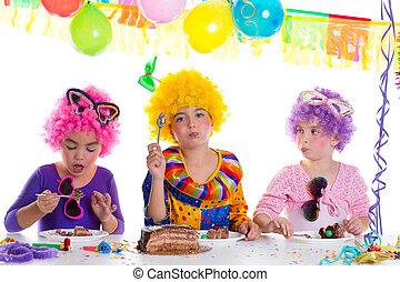 niños, feliz cumpleaños, fiesta, chocolate que come, pastel