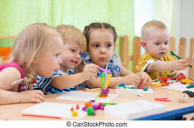niños, grupo, elaboración, artes y artes, en, jardín de la...