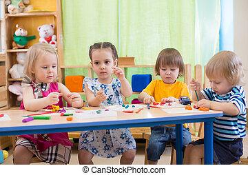 niños, grupo, elaboración, artes y artes, en, kindergarten.