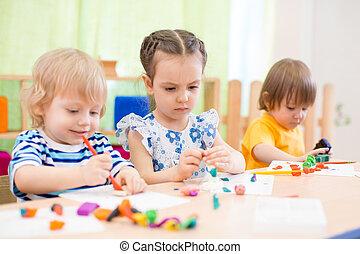 niños, grupo, hacer, artes y artes, en, cuidado día, centro