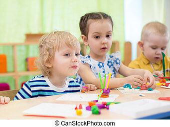 niños, hacer, artes y artes, en, cuidado día, centro