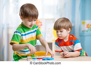 niños, hermanos, juego, juntos, en la mesa
