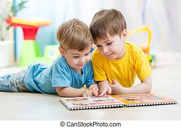 niños, hermanos, leer, un, libro, en casa