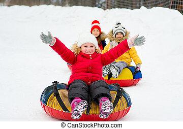 niños, invierno, nieve, día, tubos, cuesta abajo