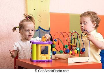 niños, juego, antes, ellos, ver, el doctor