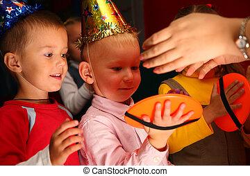 niños, juego, de vacaciones, en, jardín de la infancia