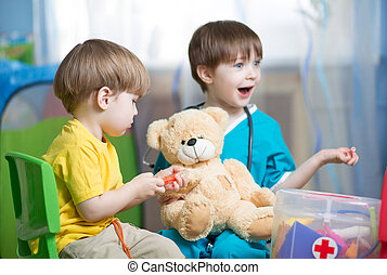 niños, juego, doctor, con, juguete de la felpa