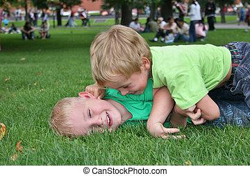 niños, juego, en, pasto o césped