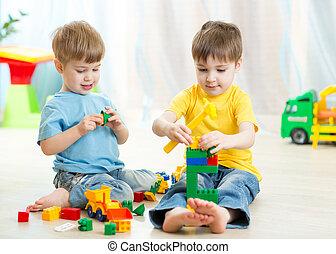 niños, juego, juguetes, en, playroom, en, guardería infantil