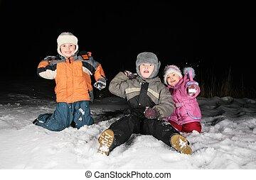 niños, juego, snowblls, en, el, noche