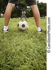 niños, jugar al balompié, y, juego del fútbol, en el estacionamiento