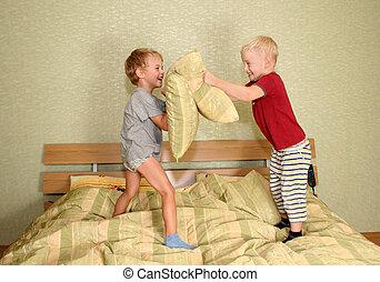 niños, jugar con, almohadas