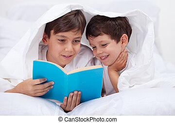niños, lectura, debajo, el, manta