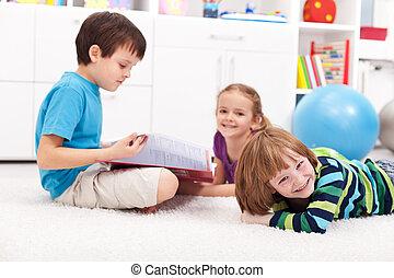 niños, leer un libro, y, tener diversión