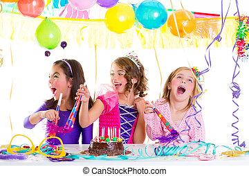 niños, niño, en, fiesta de cumpleaños, bailando, feliz, reír