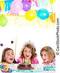 niños, niño, niñas, fiesta de cumpleaños, mirada, excitado, torta de chocolate