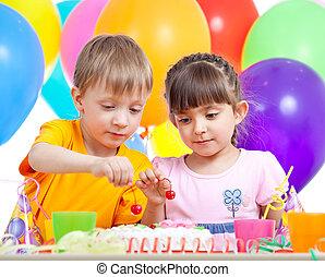 niños, niño y niña, comer la torta, en, fiesta, cumpleaños