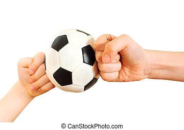 niños, puños, descansado, en, poco, pelota del fútbol, aislado, blanco, plano de fondo