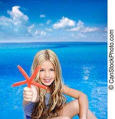 niños, rubio, niña, en, vacaciones del verano, playa tropical, con, estrellas de mar