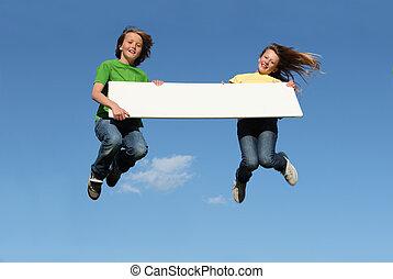 niños, saltar, tenencia, muestra en blanco