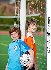 niños, se apoyar sobre la internet, poste, en, campo del fútbol