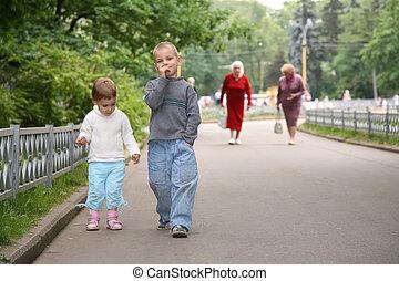 niños, sendero, en el parque