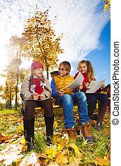 niños, Sentado, parque, tres, banco, otoño, dibujo