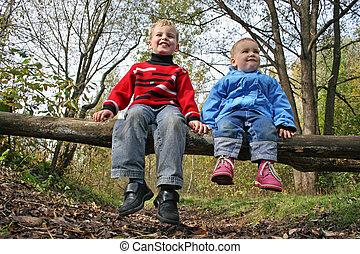 niños, sentarse, en el estacionamiento