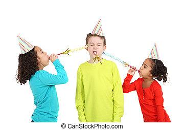 niños, soplar, fabricantes ruido, y, llevando, sombreros partido