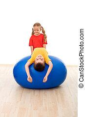 niños, tener diversión, con, grande, bola del ejercicio