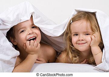 niños, tener diversión, en, el, cama